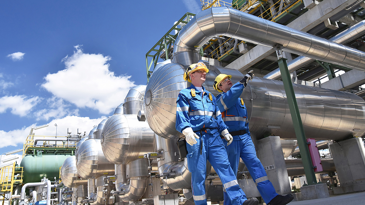 Oil refinery (industryviews/Shutterstock.com)